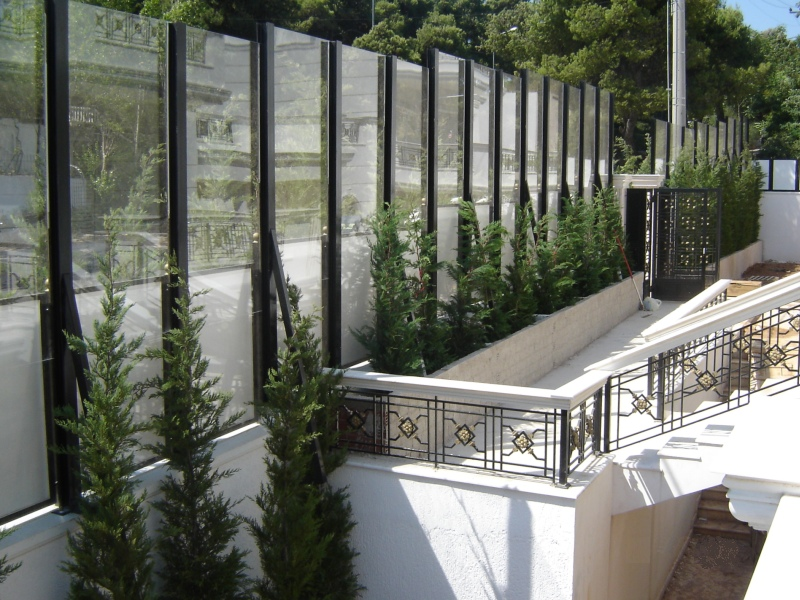 Transparent road traffic noise barriers