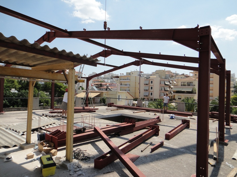 Steel frame for noise insulating roof: Construction phase